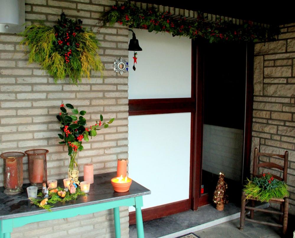 kerstguirlande, kerstdecoratie voordeur, kerstbloemstuk, alternatieve kerstboom