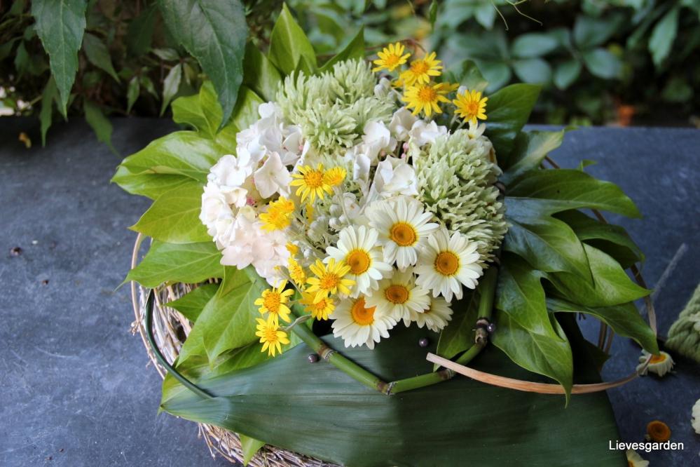 zomerbloemstuk gemaakt met bloemen uit de tuin   bladeren van fatsia japonica,, ochroleucum.JPG