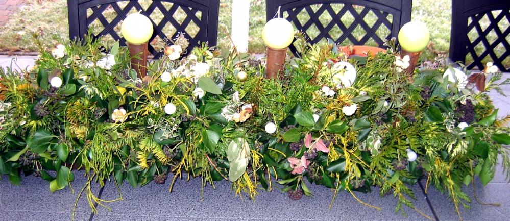 Winterbloemstuk voor terrastafel buiten.jpg